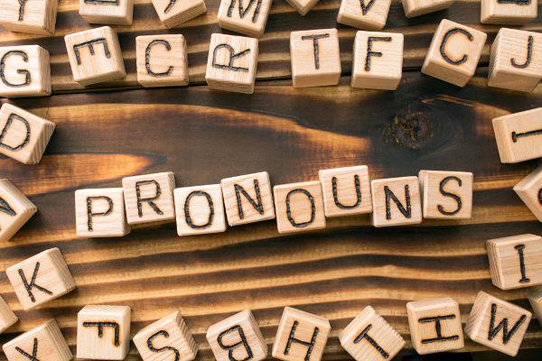 Os pronomes em inglês substituem comumente os substantivos, por exemplo, os pronomes sujeitos.