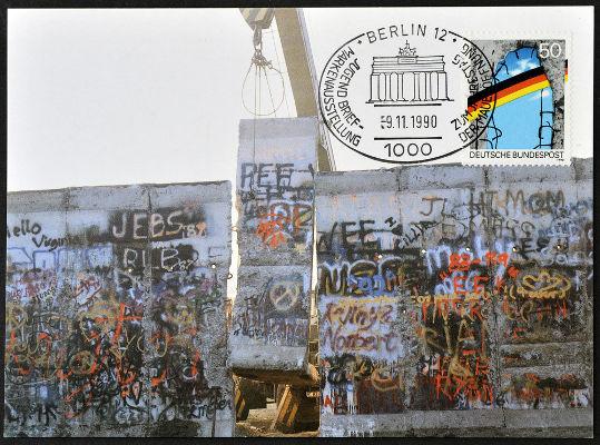 Depois da queda do Muro de Berlim, a Alemanha foi reunificada.[4]