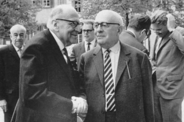 Max Horkheimer (à esquerda) e Theodor Adorno (à direita) são dois dos principais pensadores da Escola de Frankfurt. [1]