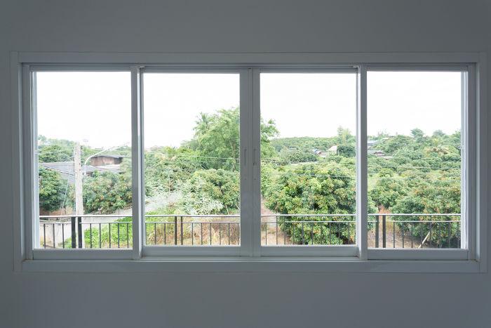 Os vidros da janela são transparentes, enquanto a parede é opaca para a luz visível.