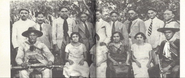Lampião, a direita, com sua  família, em juazeiro, no Ceará. foto de Lauro  Cabral de oliveira, março de 1926.