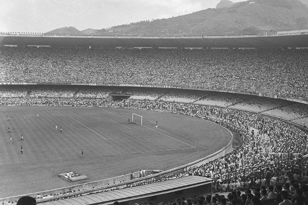 Estádio Maracanã em jogo realizado em 1950. [2]