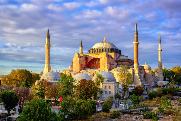 A Hagia Sofia, projetada como uma igreja ortodoxa, mas atualmente um museu, foi construída durante o reinado de Justiniano.