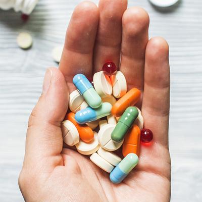 Mão segurando pílulas