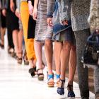 Pernas de modelos desfilando o em passarela