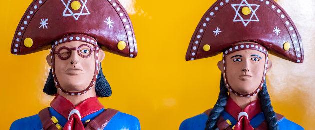 Bonecos representando um homem e uma mulher cangaceira