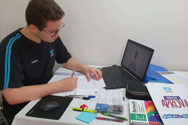 Videoaulas são opção para os estudantes que estão em casa (Crédito: arquivo pessoal Thoshio Neto)
