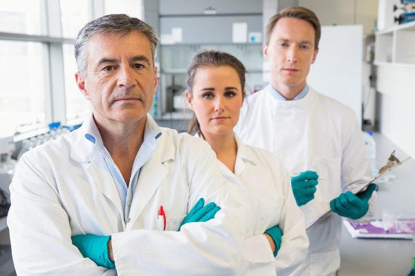Equipe que desenvolve vacinas e medicamentos é composta por diferentes profissionais da saúde