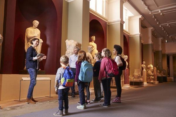 O historiador repassa aos estudantes o conhecimento sobre diferentes civilizações